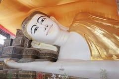 YAGON, MYANMAR - 25 FEBBRAIO: Il Buddha adagiantesi gigante a Chau Immagini Stock Libere da Diritti