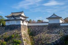 Yagura och vallgrav av den Osaka slotten i osaka, Japan royaltyfri bild