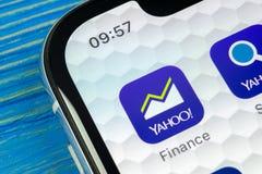 Yahoo financia o ícone da aplicação no close-up da tela do smartphone do iPhone X de Apple Yahoo financia o ícone do app Rede soc Fotografia de Stock Royalty Free
