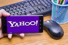Yahoo logo p? telefonen royaltyfria foton