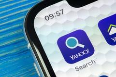 Yahoo procura o ícone da aplicação no close-up da tela do smartphone do iPhone X de Apple Yahoo procura o ícone do app Rede socia Fotos de Stock