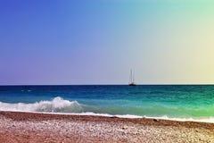 Yaht en línea del horison Paisaje marino Imagen entonada teñida de la coloración imagen de archivo