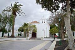 Yaiza Church och fyrkant arkivfoto