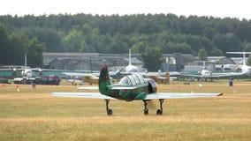 Yak απογειώνεται από τους τομείς κοντά στο δάσος, ένα μικρό αεροπλάνο απόθεμα βίντεο