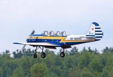 Yak-52 im Flug Stockfotos