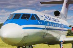 YAK-40 på skärm under flyghändelse till den 80th årsdagen av DOSAAF Royaltyfri Fotografi