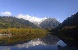 Yakedake看法从Kappi-Bashi, Kamikochi国家公园的 免版税图库摄影