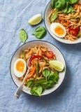 Yaki与混乱的乌龙面面条油煎菜、煮沸的鸡蛋和菠菜 素食面条用青豆,甜椒,蘑菇, 免版税库存照片