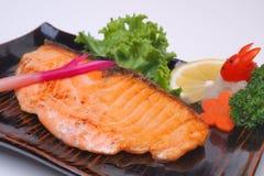 Yaki Salmon ou Salmon grelhado do shio no fundo branco Imagens de Stock