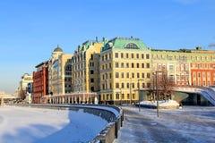 Yakimanskaya bulwar Vodootvodnogo Korytkowy Drenażowy kanał w Moskwa w Styczniu zdjęcie stock