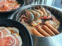 Yakiniku火炉各种各样集会和虾烤 库存照片