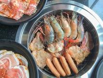Yakiniku火炉各种各样集会和虾烤 库存图片