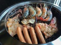 Yakiniku火炉各种各样集会和虾烤 免版税库存照片