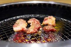 Yakiniku или японская зажаренная говядина барбекю на гриле стоковые фото