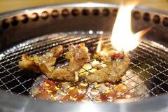 Yakiniku o manzo giapponese del barbecue che griglia sulla griglia immagini stock libere da diritti