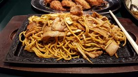 Yakisoba-ιαπωνικό πιάτο των τηγανισμένων νουντλς, των λαχανικών και του μπέϊκον Ja Στοκ Εικόνες