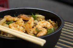 Yakisoba traditionnel de poulet Yakisoba, nouilles faites sauter à feu vif avec des crevettes et des légumes Photo libre de droits