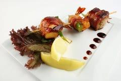 Yakitori com camarões, bacon e abacate Imagem de Stock Royalty Free