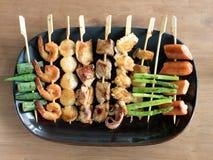 Yakitori: Japanische mundgerechte Lebensmittelaufsteckspindeln: Spargel, Wurst, Kamm-Muschel, Kalmar, Pilz, Garnelen, Huhn, Schwe Stockfotos