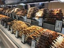 Yakitori klaar voor verkoop bij een geroosterde vleesteller in Kyoto, Japan stock foto