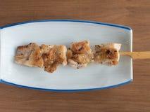 Yakitori: Los japoneses ensartados salan el pollo sazonado Imagenes de archivo