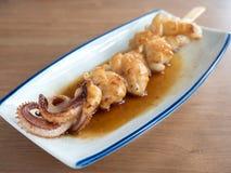 Yakitori: pinchos japoneses del calamar en salsa Fotografía de archivo libre de regalías