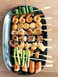 Yakitori: Pinchos mordedura-clasificados japonés de la comida: espárrago, salchicha, concha de peregrino, calamar, seta, gambas,  Fotografía de archivo
