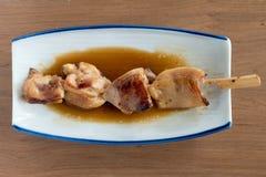 Yakitori: Pollo ensartado japonés Foto de archivo libre de regalías