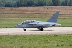 Yakovlev Yak-130 (anmäla för NATO som är känt: Mitten) arkivbild