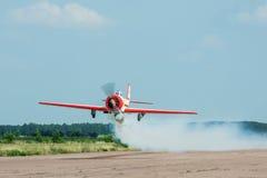 Yakovlev Yak-52 aerobatic nivå Fotografering för Bildbyråer