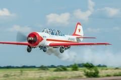 Yakovlev Yak-52 aerobatic nivå Arkivfoton