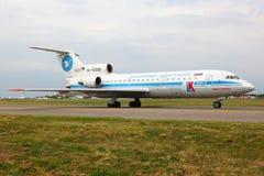Yakovlev Yak-42 RA-42350 авиакомпаний Кубани ездя на такси на международном аэропорте Vnukovo Стоковое Изображение RF