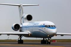 Yakovlev Yak-42 RA-42436 des lignes aériennes de Gazpromavia roulant au sol à l'aéroport international de Vnukovo Photographie stock