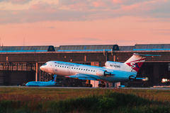 Yakovlev Yak-42 Saratov flygbolag tar av från flygplats Royaltyfri Fotografi