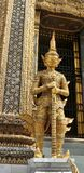 Χρυσός γίγαντας Yaksa στην πλήρη διακόσμηση που φρουρεί το βασιλικό ναό Στοκ Φωτογραφία