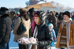 Yakut meisje in het nationale hoofddeksel stock foto