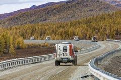Yakutsk, Rusland, - 06 Sep 2017: mening van auto het drijven door het bos bij de landweg Rusland royalty-vrije stock fotografie