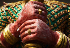 Yakwächterdämon colofrul Skulptur übergibt Nahaufnahme im asiatischen Tempel Stockbild