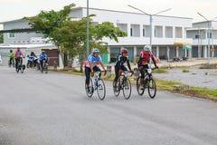 YALA, TAILANDIA - 20 DE FEBRERO DE 2018: Los ciclistas de diversos equipos que compiten para un paseo montan en bicicleta para el Foto de archivo libre de regalías