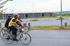 YALA, TAILANDIA - 20 DE FEBRERO DE 2018: Los ciclistas de diversos equipos que compiten para un paseo montan en bicicleta para el fotografía de archivo libre de regalías