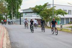 YALA, THAÏLANDE - 20 FÉVRIER 2018 : Les cyclistes de différentes équipes concurrençant pour un tour vont à vélo pour l'exercice d Photographie stock
