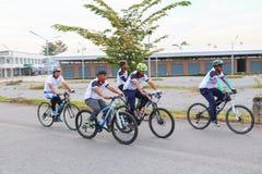 YALA, THAÏLANDE - 20 FÉVRIER 2018 : Les cyclistes de différentes équipes concurrençant pour un tour vont à vélo pour l'exercice d Photographie stock libre de droits