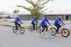 YALA, THAÏLANDE - 20 FÉVRIER 2018 : Les cyclistes de différentes équipes concurrençant pour un tour vont à vélo pour l'exercice d Photos libres de droits