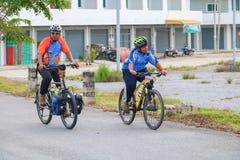 YALA, THAÏLANDE - 20 FÉVRIER 2018 : Les cyclistes de différentes équipes concurrençant pour un tour vont à vélo pour l'exercice d Photo libre de droits