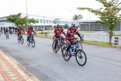 YALA, THAÏLANDE - 20 FÉVRIER 2018 : Les cyclistes de différentes équipes concurrençant pour un tour vont à vélo pour l'exercice d Photo stock