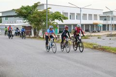 YALA, THAILAND - 20. FEBRUAR 2018: Radfahrer von den verschiedenen Teams, die für eine Fahrt konkurrieren, fahren für Gesundheits Lizenzfreies Stockfoto