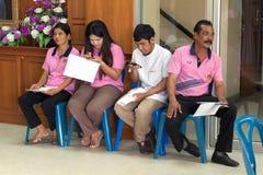 YALA, THAILAND - Februari 8: De mensen wachten op hun richtsnoer betalen inkomstenbelasting aan het ithholding Opbrengstbureau va stock afbeeldingen