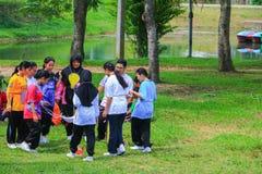 YALA THAILAND - Juni 6, 2018: Händelsen för den studentUniversity Cleaning Prepared volontären för miljö- i det offentligt parker Arkivbilder