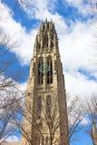 Yale University Tower prominente con los relojes foto de archivo