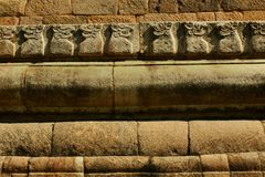 Yalli dirige estátuas na parede de pedra no templo antigo de Brihadisvara no cholapuram do gangaikonda, india fotos de stock royalty free